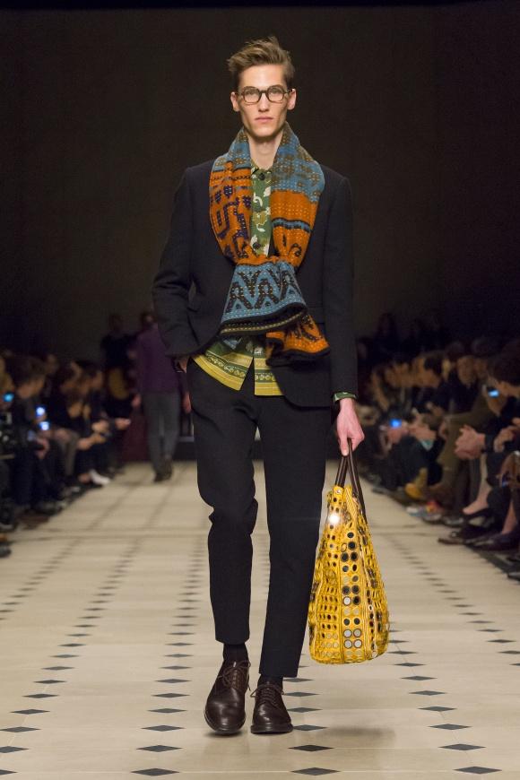 エスニックな図案やバッグの ミラー刺繍は70年代テイスト